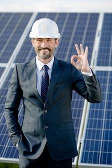Scelta energetica del pannello solare dell'uomo d'affari.