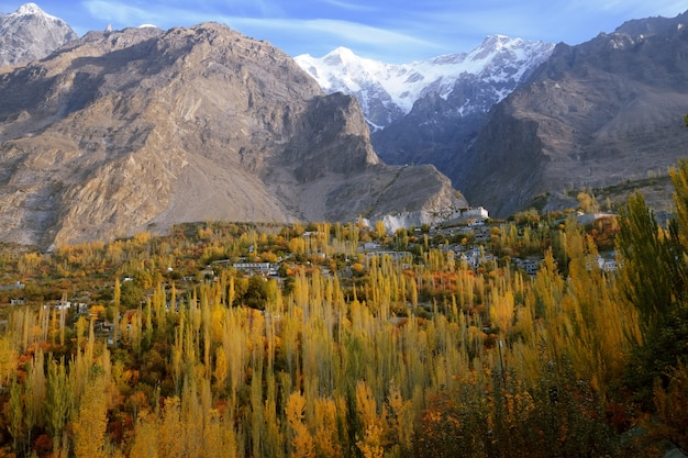 Scena autunnale nella valle di hunza. karimabad, gilgit-baltistan, pakistan
