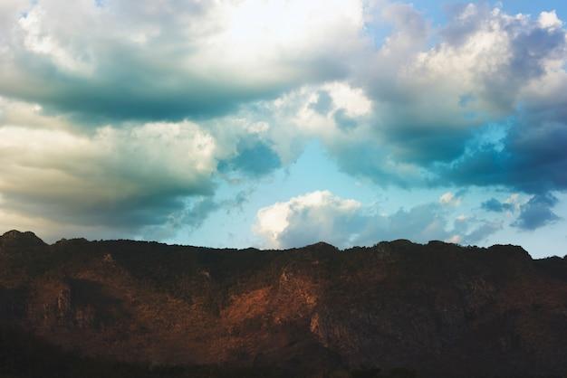 Scena beauytiful del cielo blu nuvoloso con la montagna