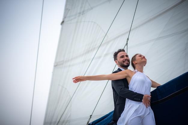 Scena d'amore degli innamorati su uno yacht di lusso, marito e moglie
