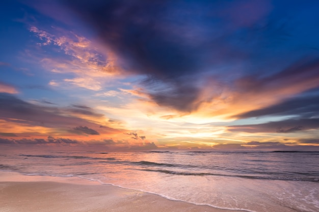 Scena del cielo di penombra di alba dolce tramonto pastello bella sul mare spiaggia