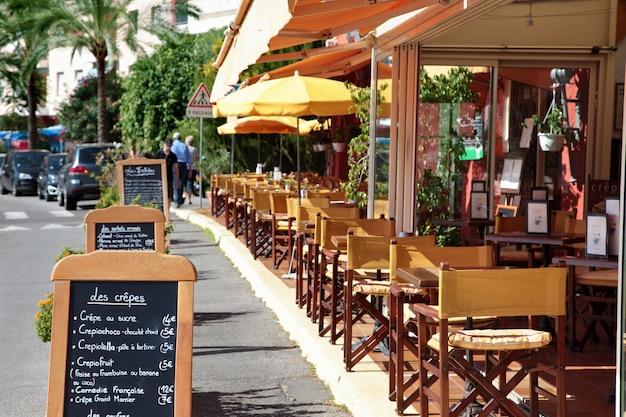 Scena del ristorante francese con menu di bordo