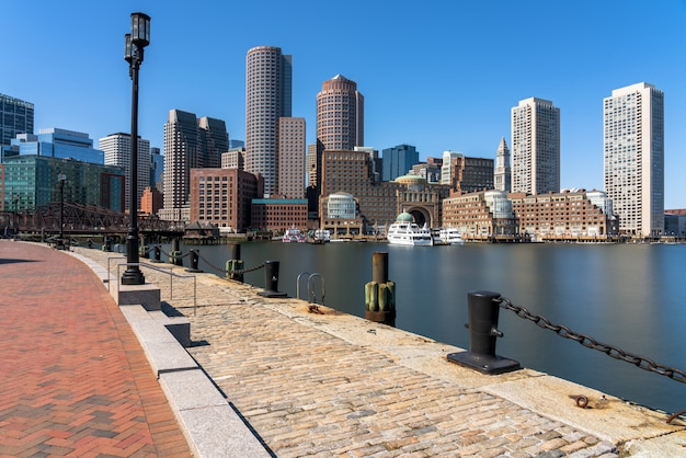 Scena dell'orizzonte di boston dal pilastro del fan al pomeriggio con il fiume di acqua liscia, massachusetts