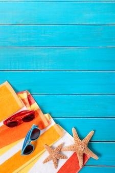 Scena della spiaggia con un asciugamano a strisce arancioni