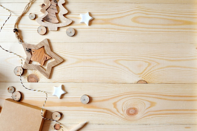 Scena della struttura del modello con i regali e le pigne di natale, copyspace