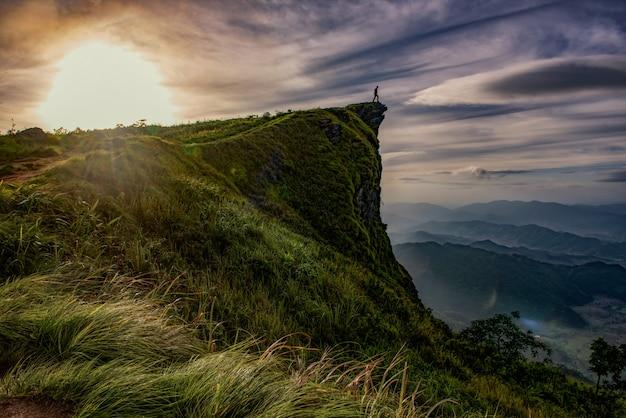 Scena di alba con il picco della montagna e del cloudscape al chi fa di phu in chiangrai, tailandia