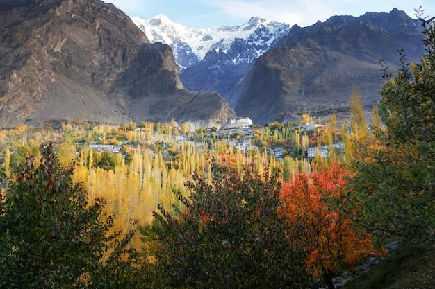 Scena di autunno in karimabad con le montagne sullo sfondo. valle della hunza, pakistan.