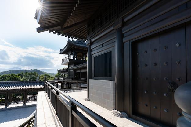 Scena di giorno con raggio di sole di guan yin tempio di legno a hong kong.