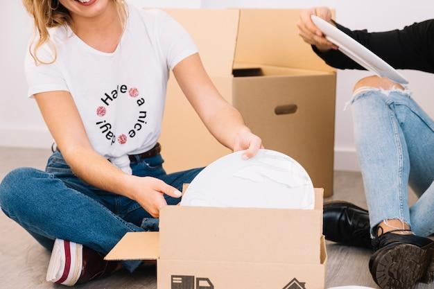 Scena di movimento con piatti in scatole