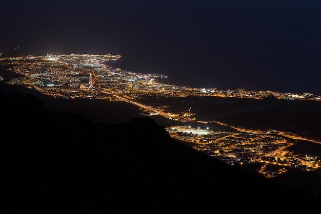 Scena di notte aerea del villaggio turistico di adeje e las americas resort turistico, tenerife.
