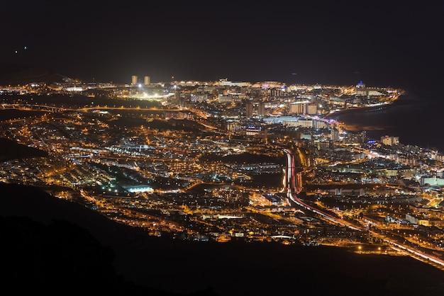 Scena di notte aerea di adeje e las americas località turistica, tenerife, isole canarie.