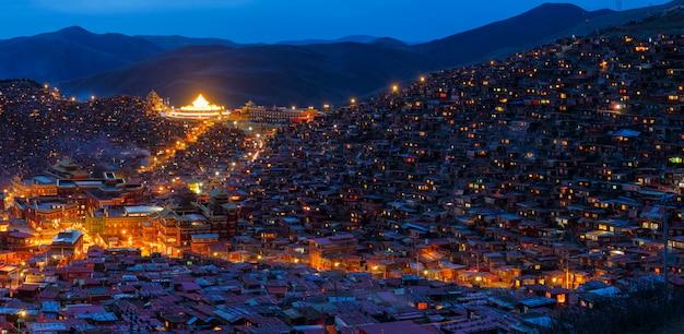 Scena di notte di vista superiore a larung gar (accademia buddista) in sichuan, cina