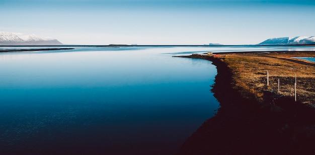 Scena di tranquillità e relax in un mare calmo in natura