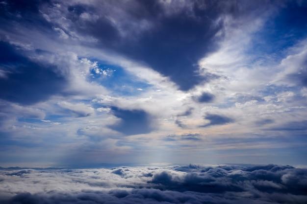 Scena di un cielo nuvoloso di inverno dalla cima di un picco di montagna.
