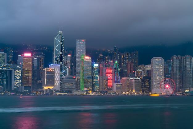 Scena di victoria harbour a hong kong.