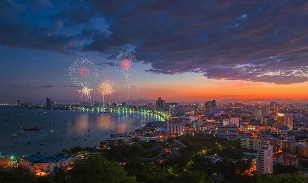 Scena multicolore di notte dei fuochi d'artificio, vista vaga della spiaggia del mare di paesaggio urbano di pattaya della foto, tailandia