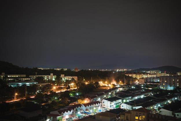 Scena notturna di una piccola città con una bella luce