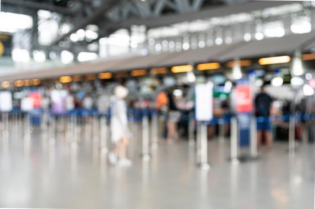 Scena sfocata del terminal di partenza dell'aeroporto.