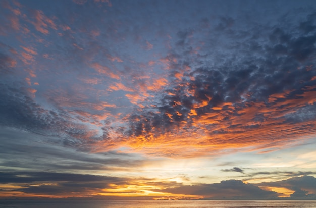 Scena stupefacente astratta di stordimento tramonto variopinto con il fondo delle nuvole nel concetto di viaggio e della natura, colpo grandangolare colpo di panorama.