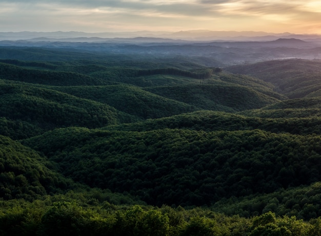 Scenario al tramonto in montagna