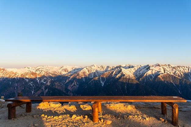 Scenario della catena montuosa della neve del parco chubu-sangaku delle alpi del nord del giappone.