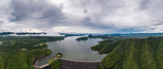 Scenario della diga nella foresta pluviale tropicale con idro centrale elettrica nel parco nazionale