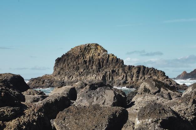 Scenario di rocce presso la costa del nord-ovest del pacifico a cannon beach, oregon