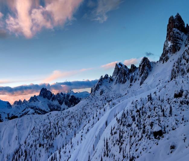 Scenario mozzafiato delle rocce innevate a dolomiten, alpi italiane in inverno