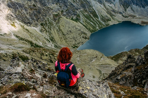 Scenario pittoresco lago di montagna. donna che viaggia
