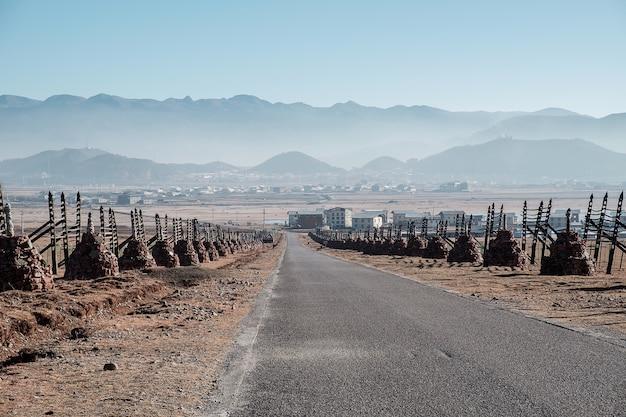 Scenico di road to blue moon valley o shika neve montagna con stupa tibetano