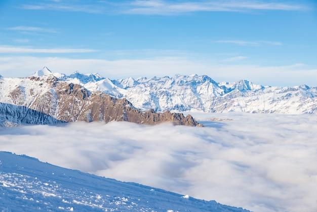 Scenico paesaggio alpino, nuvole sulla valle arisign picchi di luce del tramonto