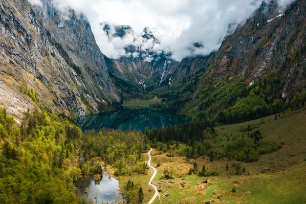 Scenico panorama montano con prati verdi e idilliaco turchese