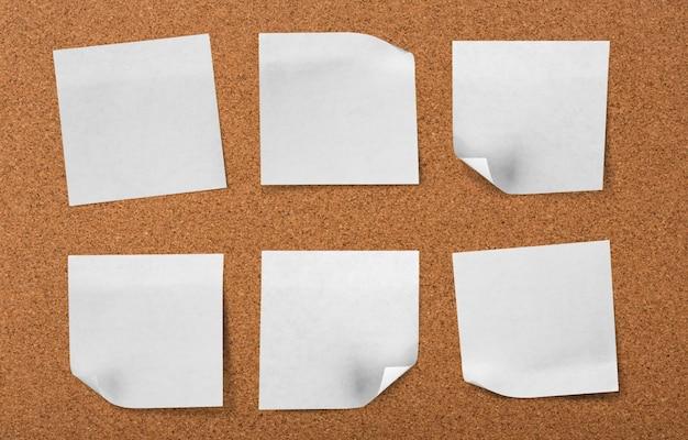 Scheda del sughero con le note in bianco