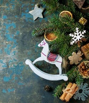 Scheda della decorazione di natale con i giocattoli e l'albero
