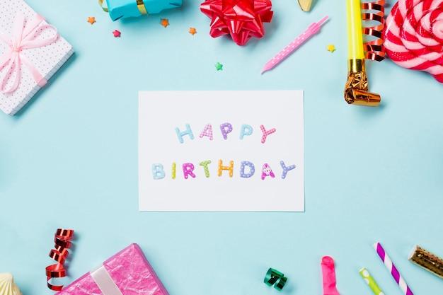 Scheda di buon compleanno decorata con oggetti su sfondo blu