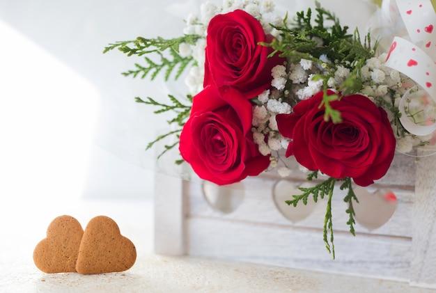 Scheda di dettaglio di rose e biscotti rossi con spazio per scrivere