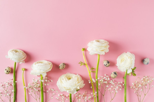 Scheda di pasqua felice con i fiori bianchi su priorità bassa dentellare