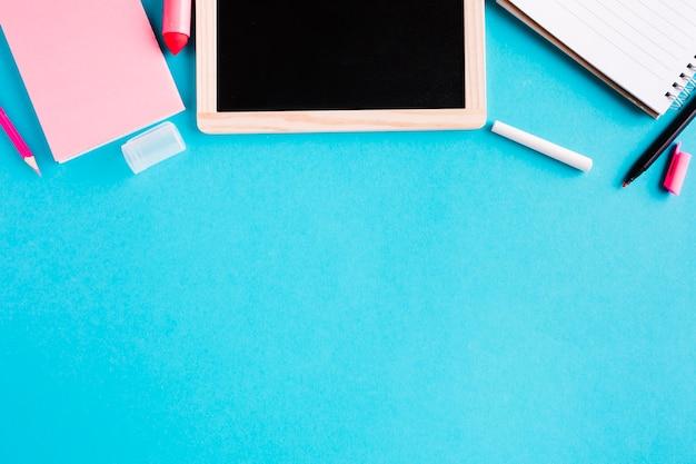 Scheda e blocchetti per appunti di gesso su priorità bassa colorata