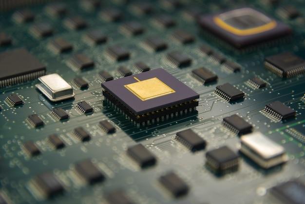 Scheda elettronica con processore cpu e chip elettronici
