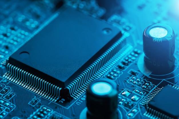 Scheda elettronica da vicino, processore, chip e condensatori.