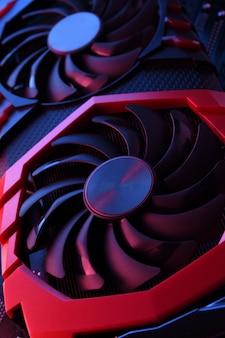 Scheda grafica di gioco per computer, scheda video con due dispositivi di raffreddamento sul circuito, scheda madre. avvicinamento. con illuminazione rosso-blu