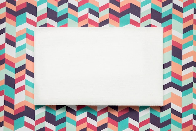 Scheda in bianco su sfondo colorato
