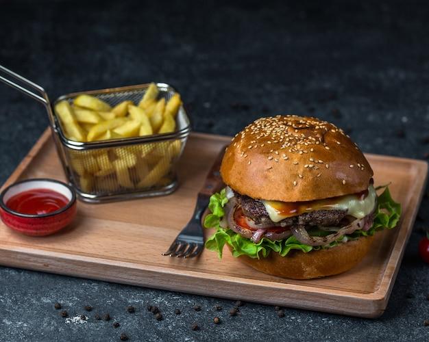 Scheda menu burger con posate.