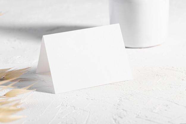 Scheda o nota in bianco con il fiore delle piante asciutte