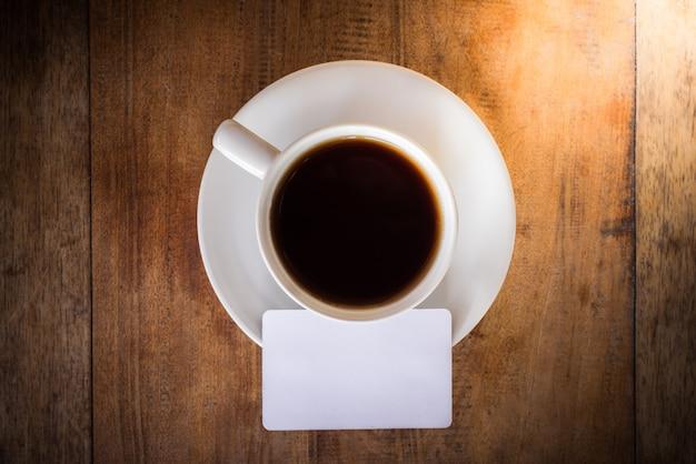 Scheda vuota con tazza di caffè