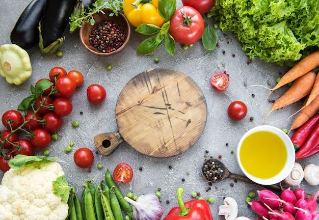 Scheda vuota e verdure fresche su un calcestruzzo
