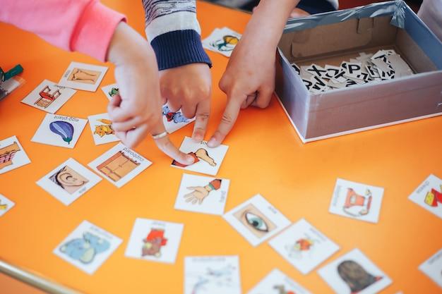Schede di gioco per studenti con immagini in inglese e numeri