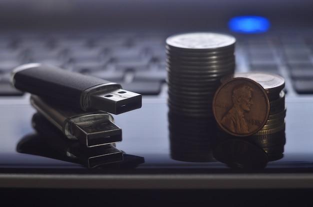 Schede di memoria e denaro sulla tastiera del portatile