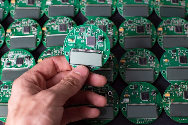 Schede elettroniche rotonde con display, microchip e processore