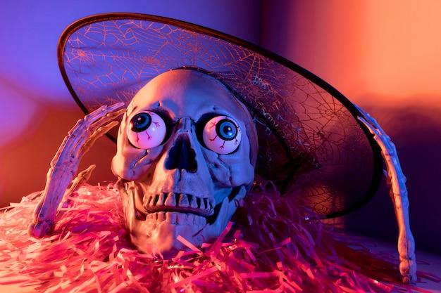 Scheletro di halloween raccapricciante del primo piano con i coriandoli